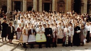 Biskup Petr Esterka uprostřed věřících z obce Dolní Bojanovice. Tato fotka se dostala na titulní stranu L'Osservatore Romano, slavného magazínu z Vatikánu.