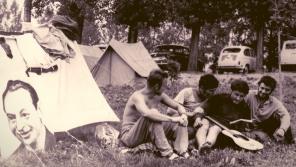 Tři kamarádi František Kroutil, Antonín Špergl a Petr Václavík v kempu Ilidža nedaleko Sarajeva v srpnu 1968. Domů se nevrátili dva z nich.Foto: Paměť národa