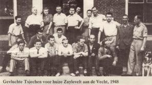 Uprchlíci z Československa po únoru 1948 v Nizozemsku před zámkem Zuylevelt. Zdeněk Dittrich v horní řadě pátý zleva na fotografii v nizozemských novinách.
