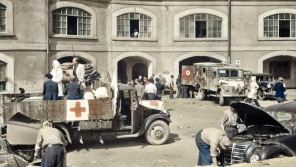 Snímek z nádvoří Sudetských kasáren, ve kterých vznikla Československá státní pomocná nemocnice v Terezíně.