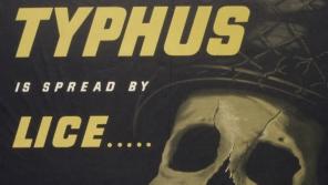 Americký plakát z doby 2. světové války varující vojáky před vešmi, které přenášely skvrnitý tyfus, a vybízející k používání prášku DDT. Vězni v osvobozených koncentračních táborech na tento pudr od Američanů vděčně vzpomínali.