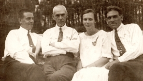 Sergej Vladimirovič Marakujev (druhý zleva) byl zatčen 20. května 1945. Jeho vnučka Anastazie Kopřivová se až po roce 1990 dozvěděla, že zemřel tři měsíce po zatčení.