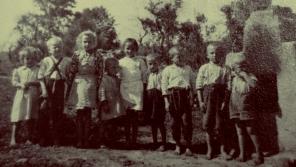 Děti v obci Vyšná Pisaná, která byla zcela zničená bombardováním během Dukelsko-karpatské operace.