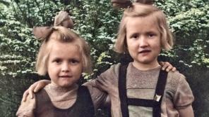 Tříletá Stáňa a pětiletá Mánička patřily mezi internované děti – jejich rodiče Karel Klouda a Marie Kloudová byli popraveni za pomoc parašutistům 24. října 1942 v Mauthausenu.
