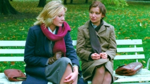 Záběr z maďarského filmu Egymásra nézve (Jiný pohled) z roku 1982, který byl prvním snímkem ve východní Evropě zachycující lásku dvou žen (v podání polských hereček). Foto: Tamás Kende/výstava Loading Love