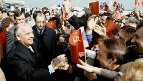 Dobový popisek ČTK: Generální tajemník ÚV KSSS Michail Gorbačov v rozhovoru s Pražany, kteří ho přišli přivítat na ruzyňské letiště.