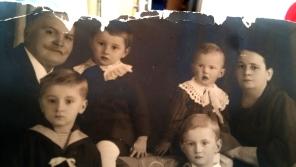 S prarodiči, Věra vpravo dole Zdroj archiv Věry Kazdové