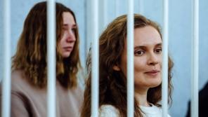 Novinářky Kaciaryna Andrejeva a Darja Čulcova u soudu, který je poslal na dva roky do pracovně-nápravných táborů.