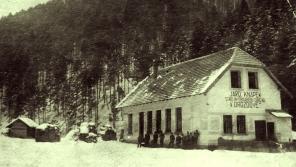 Strojovna obrábění dřeva Jaroslava Knápka se zaměstnanci na Drozdovské Pile. Foto: Paměť národa