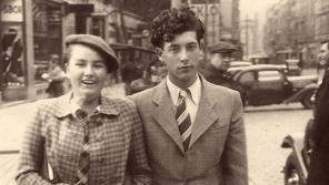 Anna Fidlerová, tehdy Lhotáková, se svými přítelem Lorisem Sušickým v Praze v roce 1940. Foto: Paměť národa