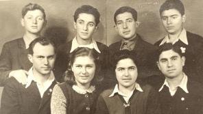 Antonín a Karla Moravcovi (vlevo dole) a jejich židovští svěřenci na zámku Štiřín. Vedle Karly je Magda Bar Or, která si až do své smrti v roce 2015 s Karlou dopisovala. Foto: Paměť národa