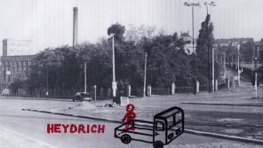 Přibližná poloha českého náklaďáčku, o který se opíral Heydrich krátce po atentátu. Podle vzpomínek Liboše Bubna se Heydrich držel pravou rukou za záda a koukal dolů do ulice V Holešovičkách.