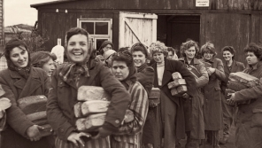 Radost osvobozených vězeňkyň v Bergen-Belsenu.