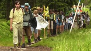 Jaromír Bláha v čele živého řetězu na protest proti kácení v šumavském národním parku a proti návrhům na zmenšení rozlohy parku podél česko-německé hranice 30. června 2001. Foto: ČTK/David Weis