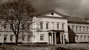 Dolní zámek v Panenských Břežanech, ve kterém žila rodina Reinharda Heydricha. Veřejnosti je jak zámek, tak přilehlý park nepřístupný. Zdroj: Obecní úřad Panenské Břežany