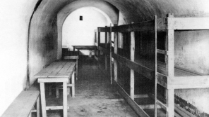 Cela č. 38 v Malé pevnosti Terezín. Komando výstavby stavělo palandy pro příchozí židovské obyvatele.