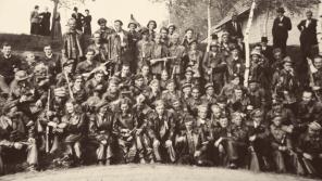 Odbojní obyvatelé Chuchelny s partyzány po válce.