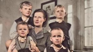 Josefa Bořek-Dohalská se čtyřmi syny v Lysé nad Labem v době, kdy byl její manžel Jiří vězněn za špionáž a velezradu.