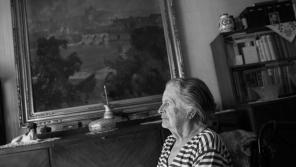 Věra Ďulová v břevnovském bytě, kde jako desetileté děvče strávila takřka čtyři měsíce sama. Foto: Lukáš Žentel