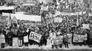 Stávkující na náměstí v Hořicích 27. listopadu 1989.