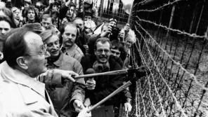 Porevoluční ministr zahraničí Československa Jiří Dienstbier přestřihl dráty železné opony společně s německým ministrem zahraničí Hansem Dietrichem Genscherem.