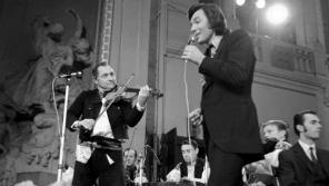 Normalizační režim se snažil o navodit tu správnou volební atmosféru slavnostním koncertem, který se konal 21. listopadu 1971 ve Smetanově síni Obecního domu v Praze a zazpíval na něm i Karel Gott s cimbálovou skupinou Olšava. Foto: ČTK