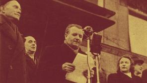 Klement Gottwald oznamuje na Václavském náměstí přijetí komunistických požadavků prezidentem Benešem 25. února 1948.