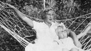 Irina Juřinová s maminkou v roce 1937. Foto: Paměť národa