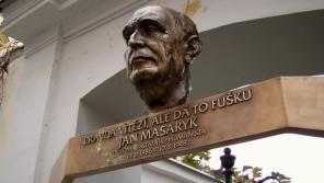 Pamětní deska u vily Osvěta v ulici Jana Masaryka 165/22 na pražských Vinohradech, kde se Jan Masaryk narodil. Foto Petr Kadlec/Wikipedie