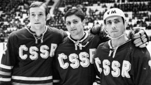 Richard Farda (uprostřed) na Mezinárodním hokejovém turnaji v Moskvě v prosinci 1969 v nejlepší útočné řadě s Jiřím Kochtou (vlevo) a Josefem Černým. Foto:  ČTK/Havelka Zdeněk