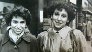 Hana Kleinerová (vlevo) sestrou Soňou po válce v Praze. Foto: Paměť národa