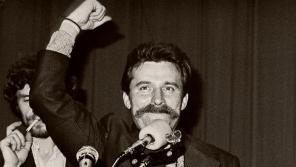 Vůdce stávkujících Lech Wałęsa po podepsání porozumění s vládnoucími komunisty, kteří souhlasili se vznikem nezávislého odborového hnutí Solidarita. Foto: Wikimedia Commons