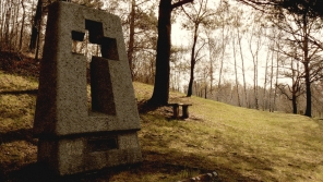 Pomník vrchního strážmistra Karla Kněze, který se zastřelil sám, rovněž jiní spolupracovníci parašutistů spáchali sebevraždu.