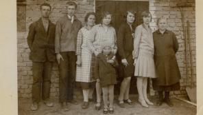 Rodina Milady Říhové (Milada jako dítě vpředu) v původních Lidicích.
