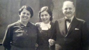 Lisa se svými rodiči, kteří byli zavražděni v noci z 8. na 9. března 1944 v plynových komorách tábora Auschwitz.