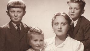 Zleva: Ctirad, Zdena, maminka a Josef Mašínovi v roce 1941.