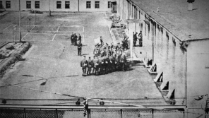 Jeden ze vzácných záběrů z minkovického lágru. Pořizování fotografií bylo považováno před rokem 1989 za špionáž.