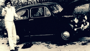 Miroslav Jeník u svého Fiatu 600, se kterým byl u tragické havárie ruské cisterny 21. srpna 1968 v Desné v Jizerských horách. Foto: Paměť národa