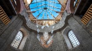 Prosklená střecha kostela Nanebevzetí Panny Marie návštěvníky ohromuje svou krásou. Foto: Post Bellum