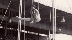 Při cvičení na kruzích, na nichž získal na olympiádě v Londýně 1948 bronzovou medaili. zdroj: archiv Zdeňka Růžičky