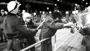 Zatýkání ve Vodičkově ulici během Palachova týdne 19. ledna 1989.