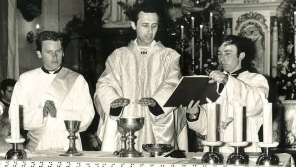 Primiční mše svatá Jana Graubnera (uprostřed), 24. červen 1973. Zdroj: Archiv pamětníka