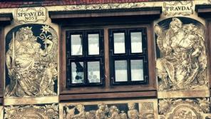 Odbojná Plzeň. Z oken renesanční radnice létaly busty Gottwalda a Stalina