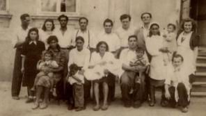 Rodina Růžičkových na začátku války. Většina z nich nepřežila, stali se oběťmi romského holocaustu.