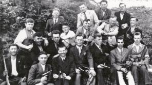 Skupina ruských zajatců ukrývaných na Kunčicích, nahoře ve světlém obleku Bohumil Moravec. Zdroj: archiv Stanislava Adamce