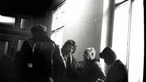 Fotografie Státní bezpečnost z chodby soudu, kde se scházeli intektuálové a máničky. Na fotografii z Archivu bezpečnostních složek filozof Jiří Němec.