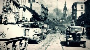 Sovětští vojáci v Křenové ulici v Brně v dubnu 1945 v tancích americké výroby M4 Sherman.