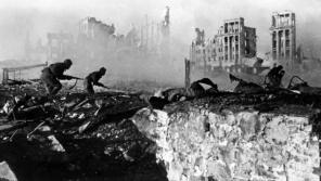 Sovětští vojáci útočí na oblíčenou německou armádu. Foto: Wikimedia Commons: RIA Novosti archive, image #44732 / Zelma / CC-BY-SA 3.0