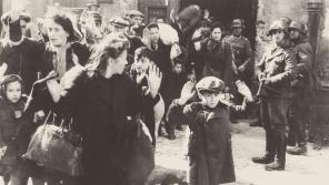 Ikonická fotografie ze závěrečné zprávy velitele likvidačního zásahu Jürgena Stroopa z 16. května 1943, kdy se obyvatelé ghetta vzdali. Foto: Wikimedia Commons/Public Domain