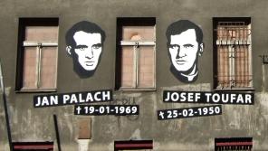 Neoficiální památník Jana Palacha a Josefa Toufara na budově bývalého Borůvkova sanatoria v Legerově ulici. Foto: Wikimedia Commons